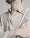 camisa beige hombre detalle cuello
