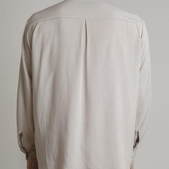 camisa beige para hombre espalda
