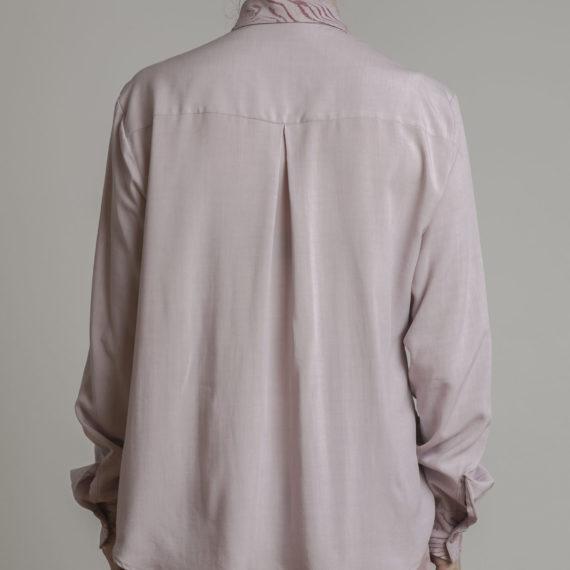 camisa serigrafiada rosa espalda cuellos y puños