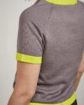suéter gris y amarillo ácido